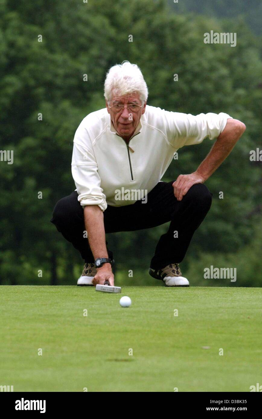(dpa) - Dutch comedian and TV host Rudi Carell plays golf during the celebrity golf tournament at the charity event - Stock Image