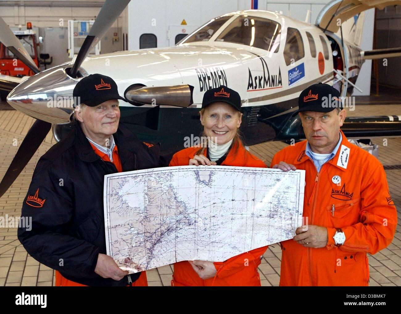 (dpa) - The expert for transatlantic flights, ferry pilot Magret Waltz, poses with Volker Schmidt (R) and Norwig - Stock Image