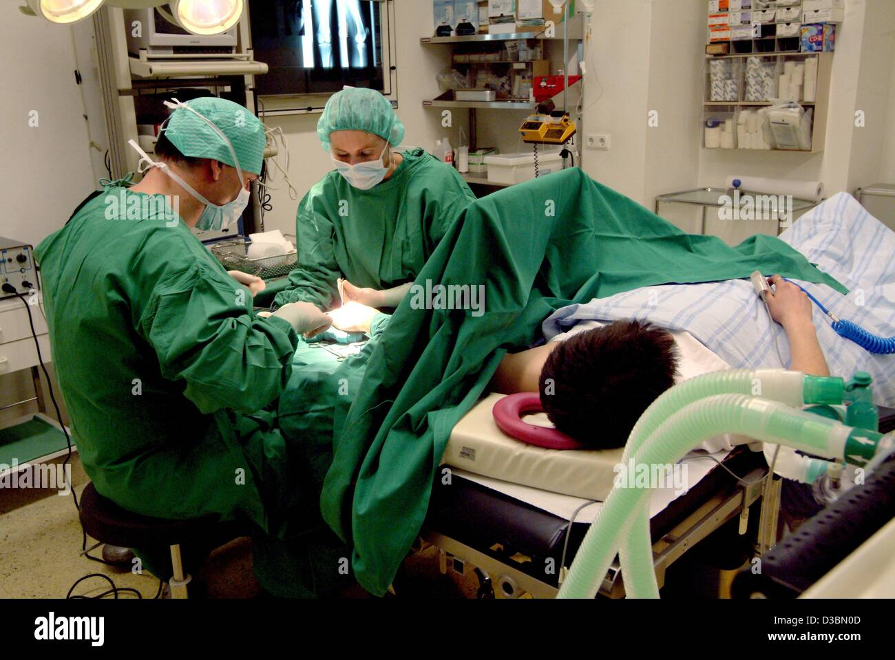 (dpa) - A surgeon and his assistant operate the hand of a patient at the hopsital in Iserlohn, Germany, 11 March - Stock Image