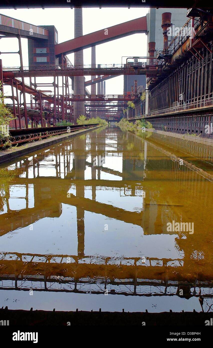 (dpa) - The functional architecture of the colliery Zollverein (German customs union) is reflected in a pool of - Stock Image