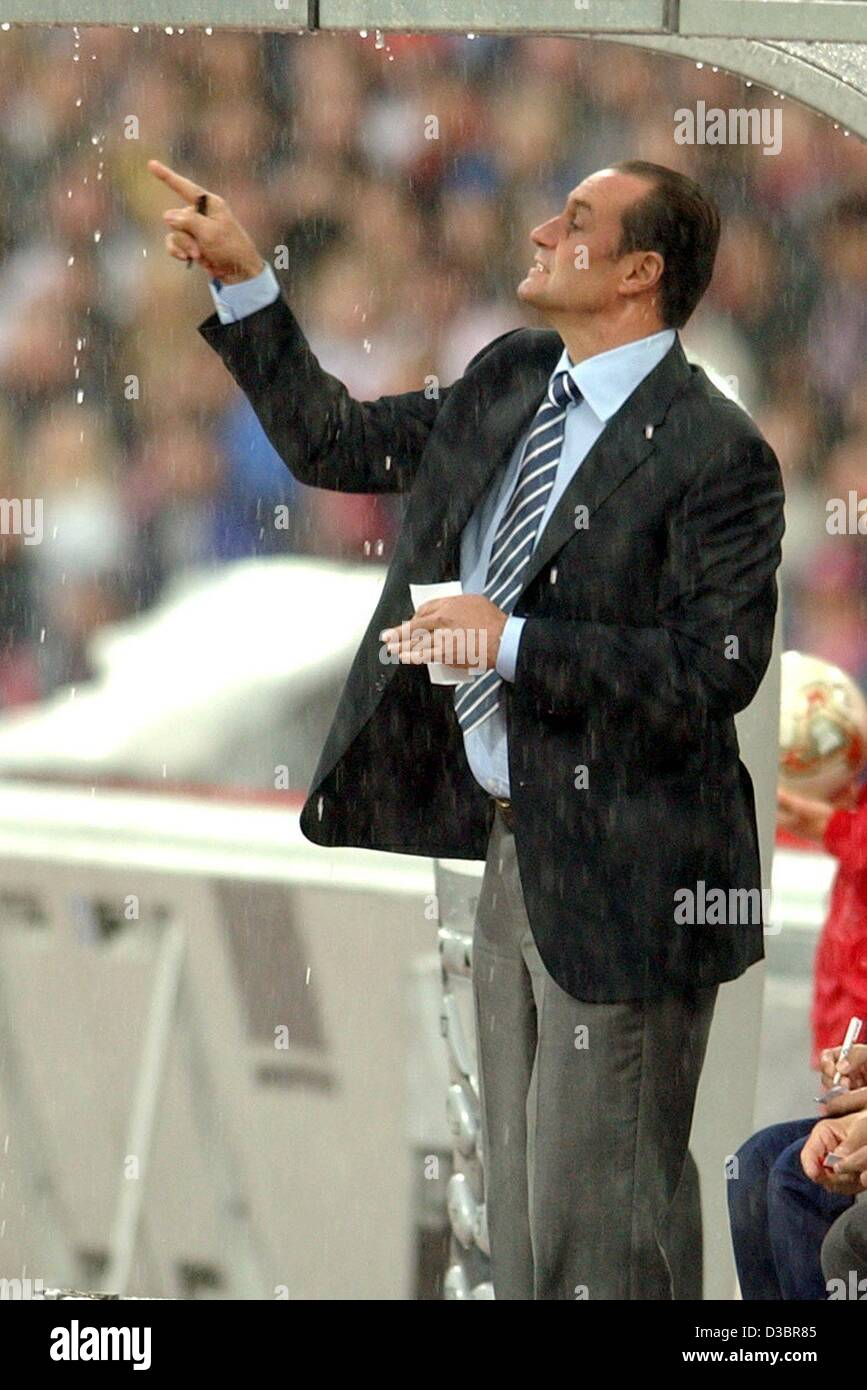 (dpa) - Berlin's Dutch coach Huub Stevens gestures during the Bundesliga game opposing FC Bayern Munich and - Stock Image