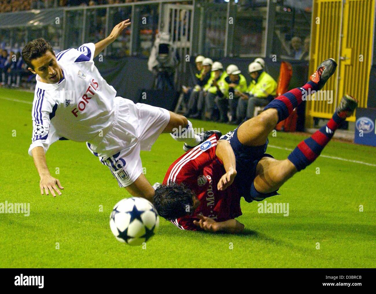(dpa) - Munich's midfielder Michael Ballack (R) falls to the ground as he struggles with Anderlecht's Albanian - Stock Image