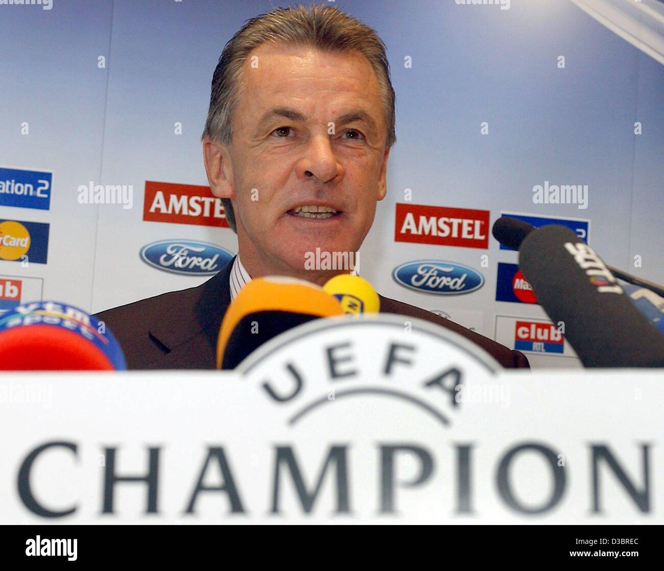 (dpa) - Bayern Munich's soccer coach Ottmar Hitzfeld smiles  as he speaks during a press conference at a hotel - Stock Image
