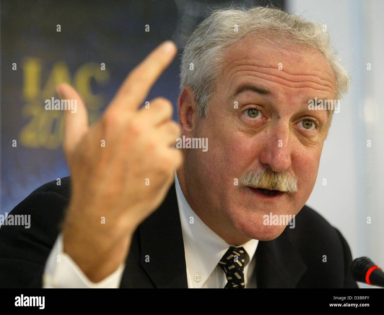 (dpa) - The NASA's 10th Administrator, Sean O'Keefe, gestures at the 54th International Space Travel Congress - Stock Image