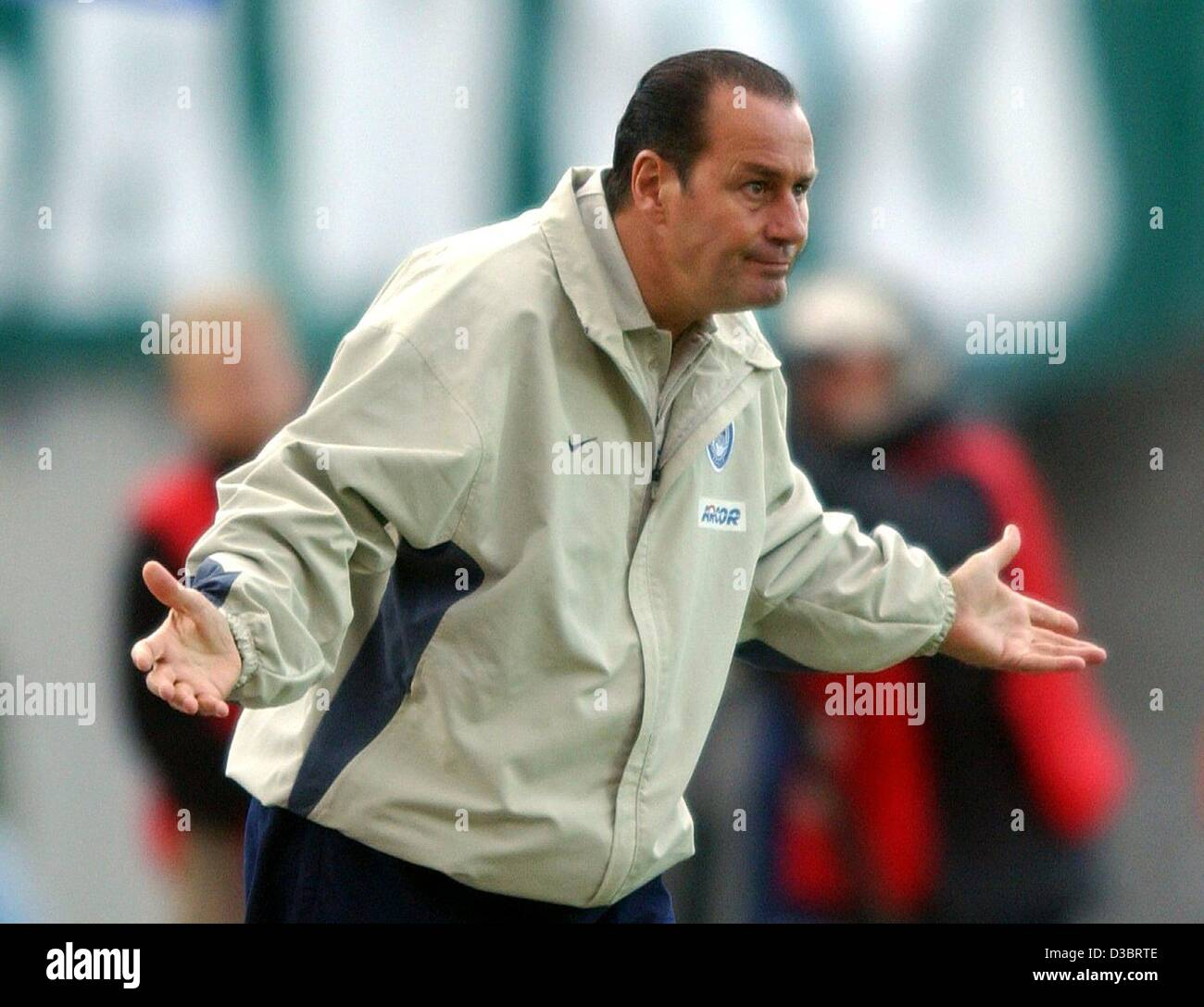 (dpa) - Berlin's Dutch coach Huub Stevens gestures at the sideline during the UEFA Cup game of Hertha BSC Berlin - Stock Image