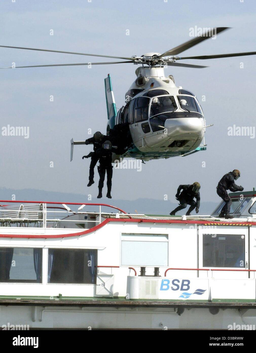 (dpa) - Policemen jump off a police helicopter EC-135 onto an excursion boat on Lake Constance, near Radolfzell, - Stock Image