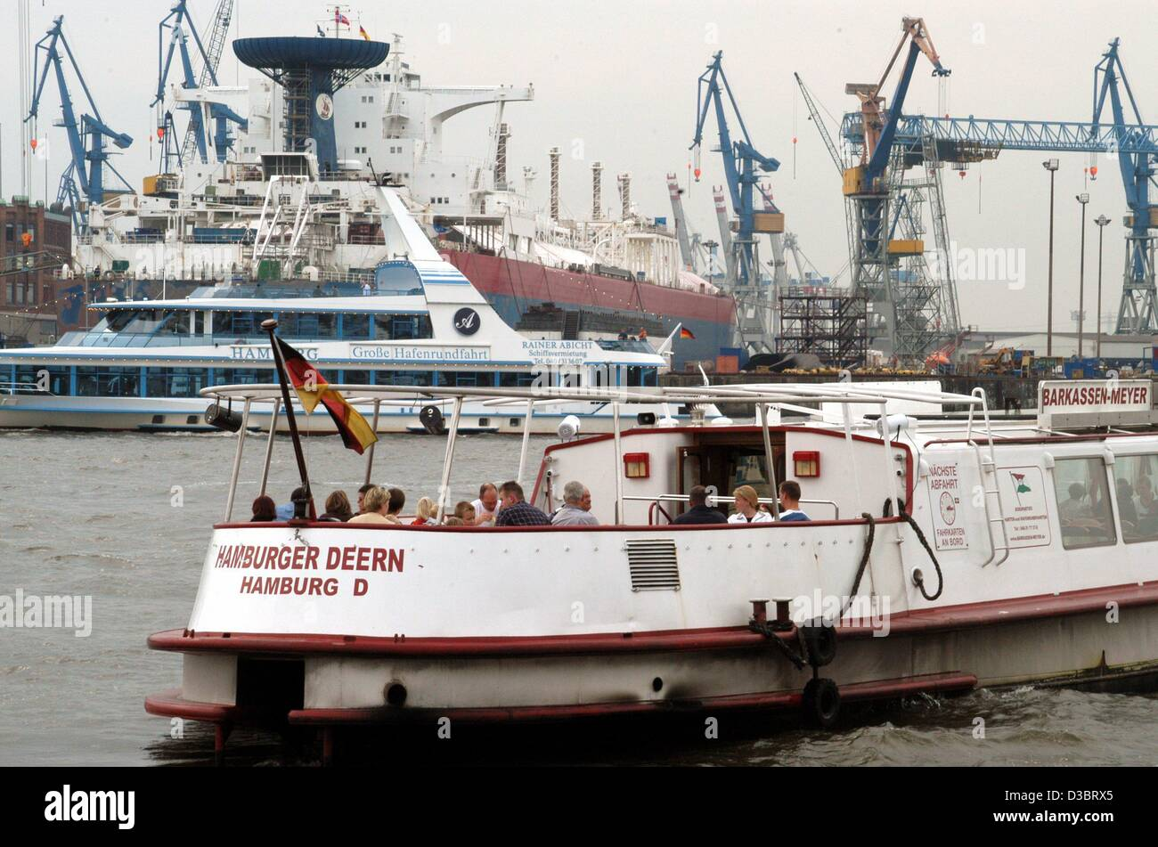 (dpa) - The excursion boat 'Hamburger Deern' departs for a harbour cruise around the port of Hamburg, 8 - Stock Image