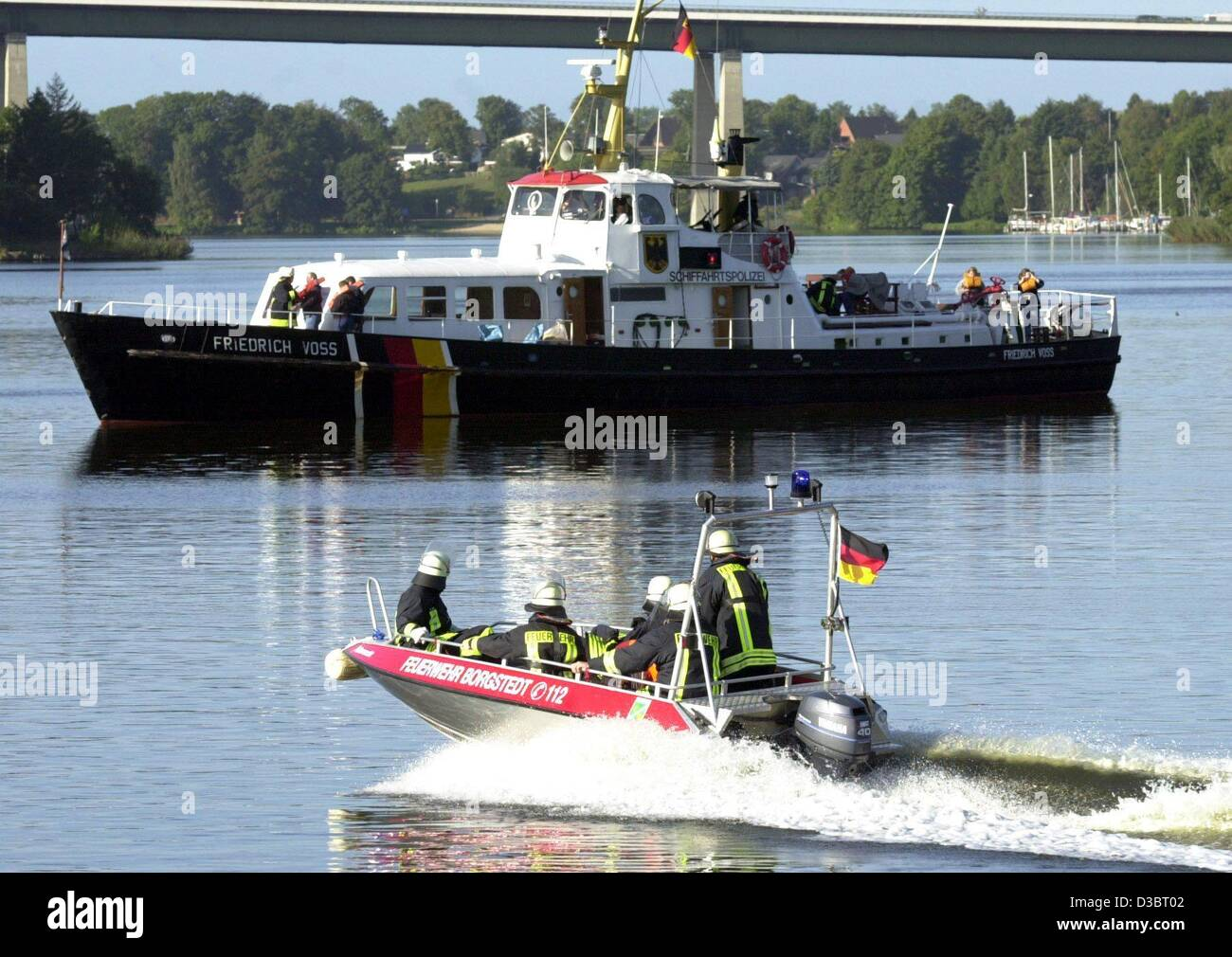(dpa) - A firebrigade boat speeds towards a ship in distress during an emergency exercise on the canal connecting - Stock Image