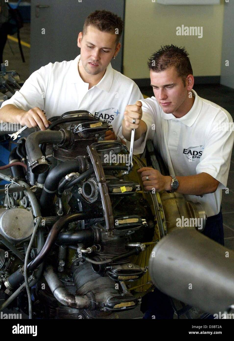 (dpa) - Two apprentices of the European Aeronautic Defence and Space Company/Elbe Flugzeugwerke (EADS/EFW), Martin - Stock Image