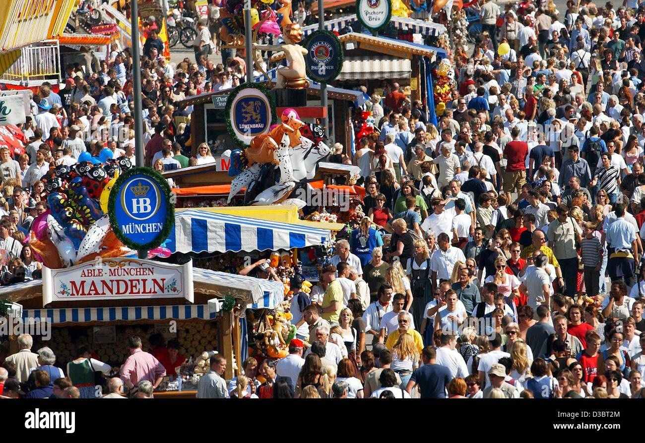 (dpa) - Thousands of visitors crowd at the Oktober Fest in Munich, 20 September 2003. Half a million sausages are - Stock Image