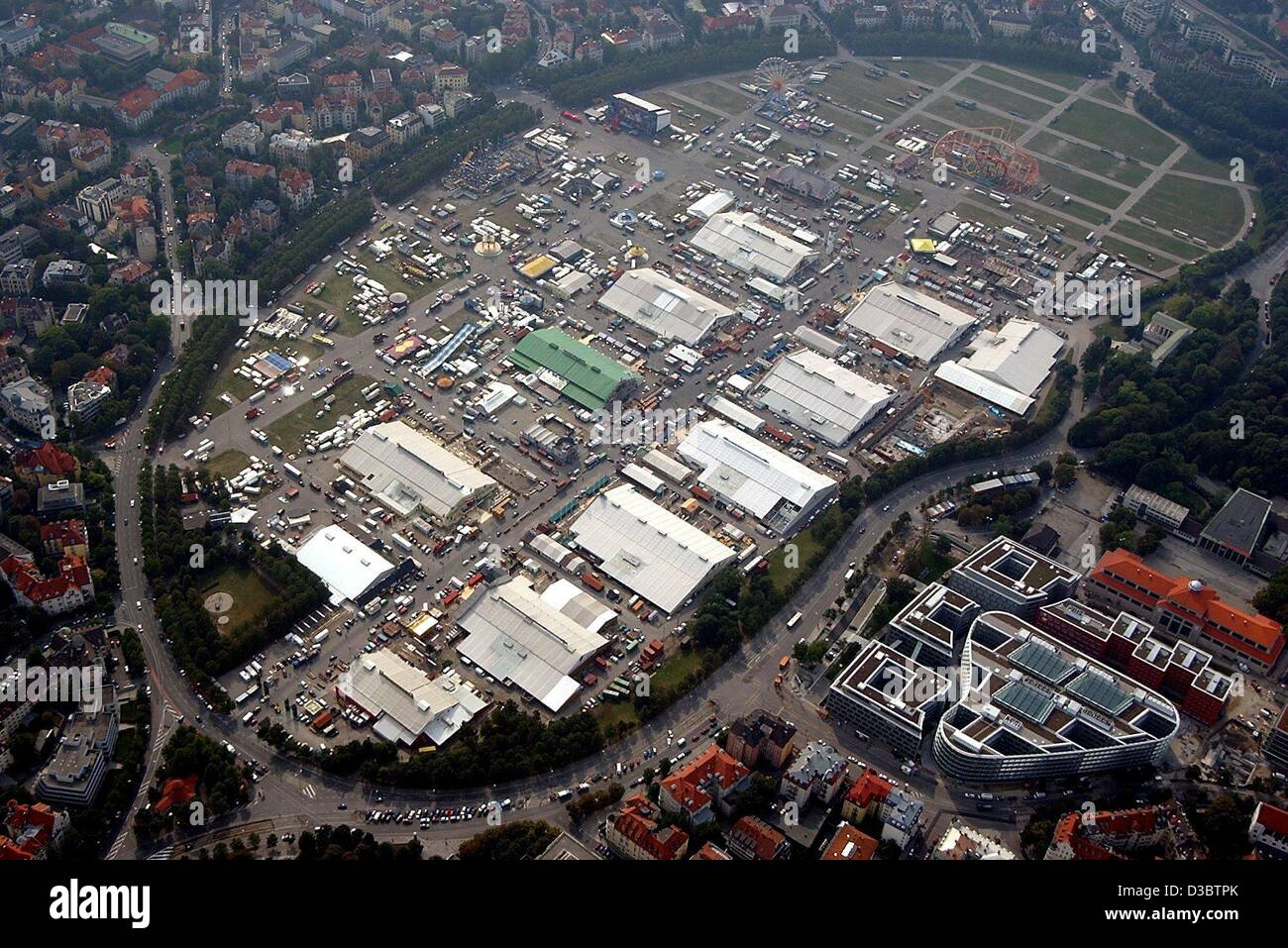 (dpa) - A view from a zeppelin over the grounds of the upcoming Oktober Fest in Munich, 10 September 2003. The Oktober - Stock Image