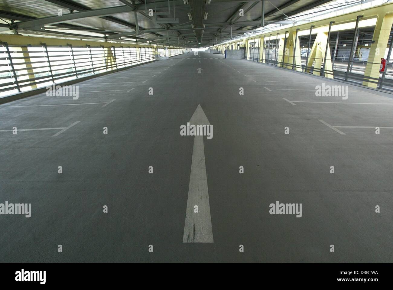 (dpa) - An arrow indicates the direction in an empty storey of a car park at the airport Leipzig/Halle in Schkeuditz, Stock Photo