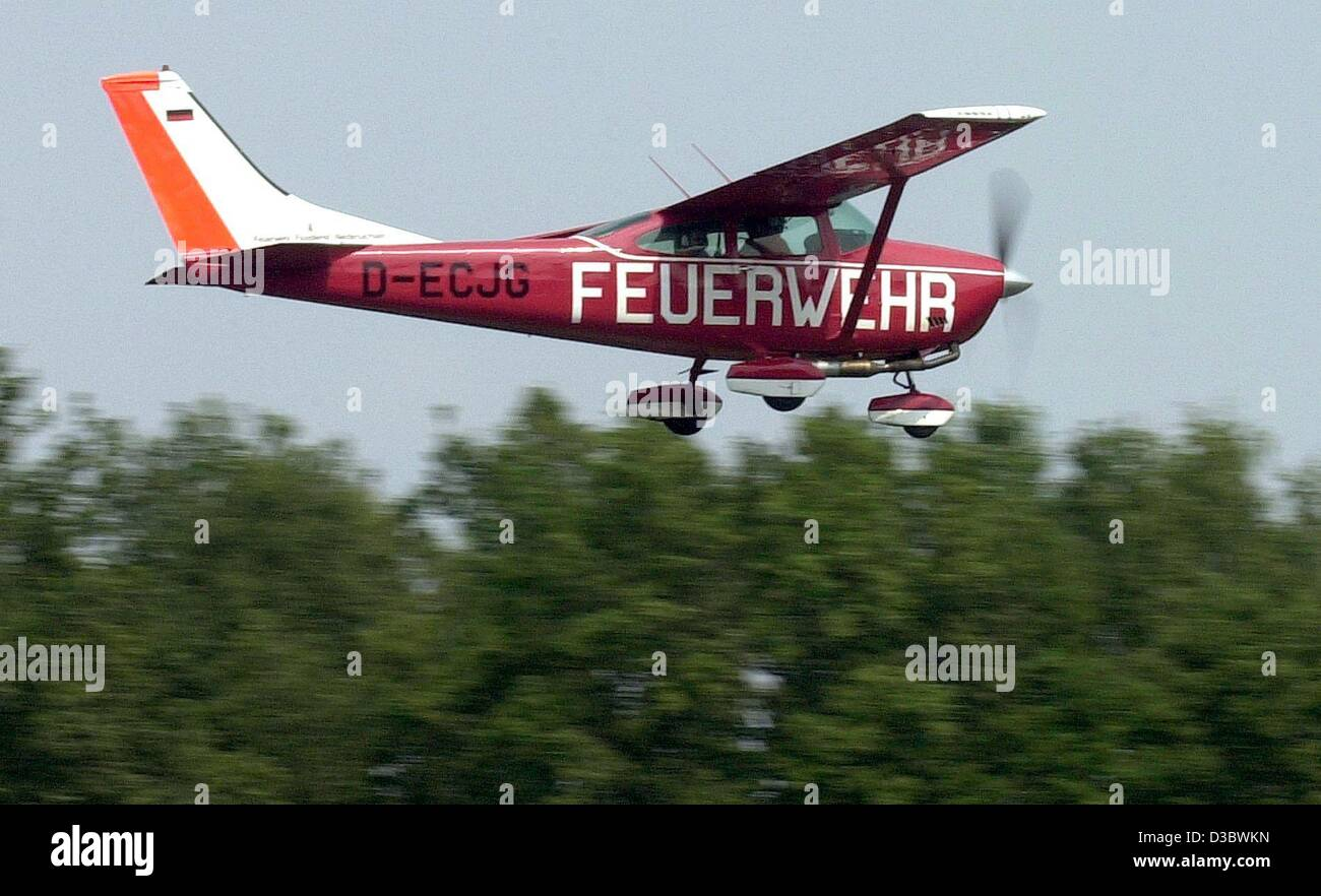 (dpa) - A Cessna 182 of the firebrigade (Feuerwehr) flies over the trees as it takes off from the airfield Edesse, - Stock Image