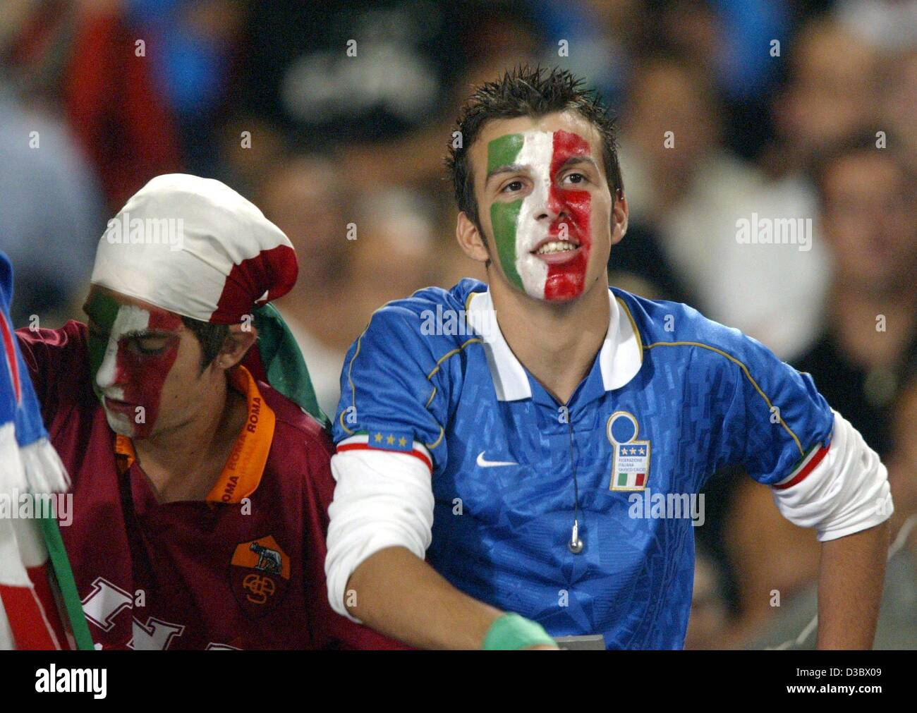 593f2648817 (dpa) - Italian soccer fans have painted their face in their national  colours and