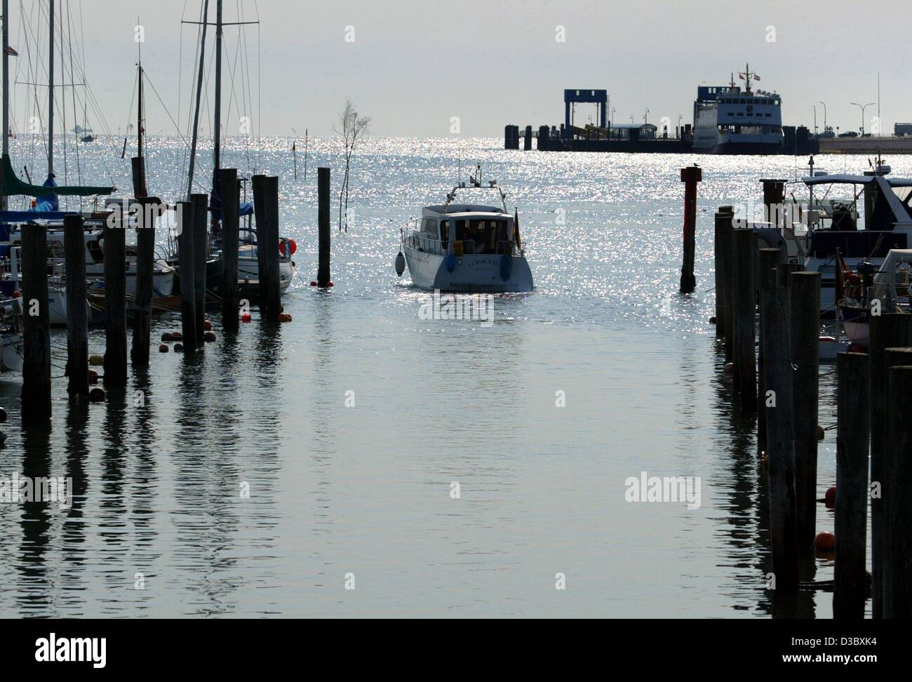 (dpa) - A yacht departs from the marina in Wittduen on the North Sea island Amrum, Germany, 6 August 2003. A cool - Stock Image