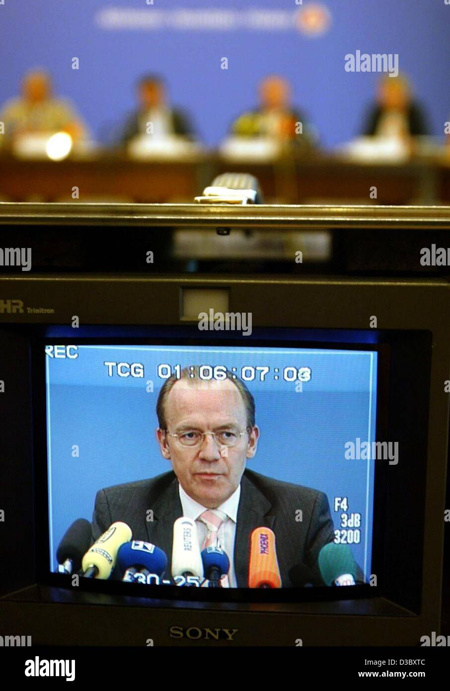 (dpa) - Florian Gerster, Chairman of the Federal Employment Office, is seen on a tv screen as he presents the latest - Stock Image