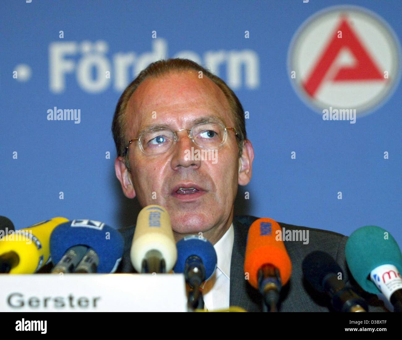 (dpa) - Florian Gerster, Chairman of the Federal Employment Office, speaks in front of the Arbeitsamt (job centre) - Stock Image