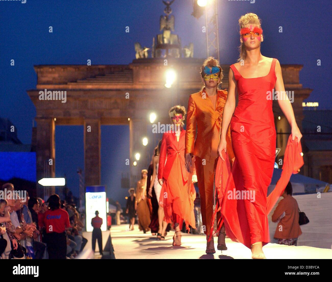 (dpa) - Fashion models present the creations of various designers during the Coral Fashion Show, Germany's biggest - Stock Image