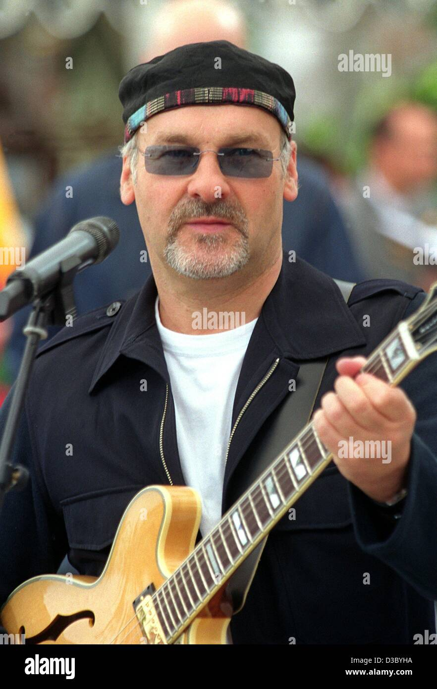 (dpa) - Paul Carrack, British music legend and ex-'Squeeze' singer, performs in Mainz, Germany, July 2003. - Stock Image