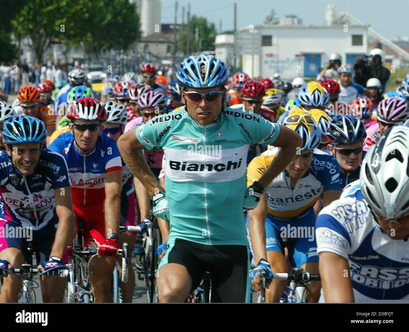 ... giving US Postal-Berry Floor s Lance Armstrong from t. D3BYTE (RM). (dpa)  - German Jan Ullrich (C) of Team Bianchi adjusts his jersey 6f3847133