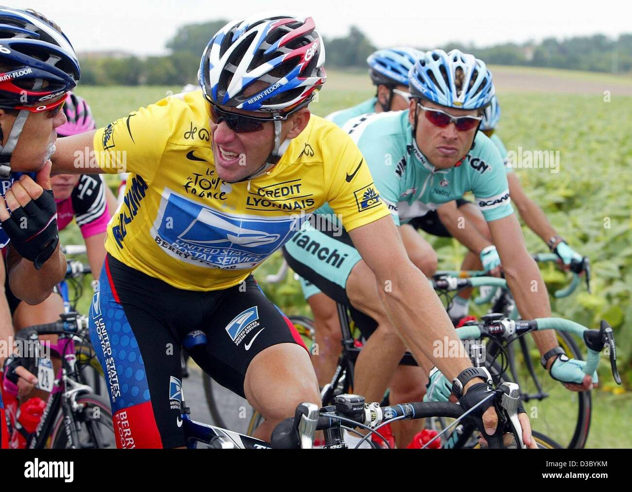 (dpa) - German Jan Ullrich (R) of Team Bianchi looks over to (dpa) - German  Jan Ullrich (R) of Team Bianchi looks over to US Postal-Berry Floor s Lance  ... 578452664