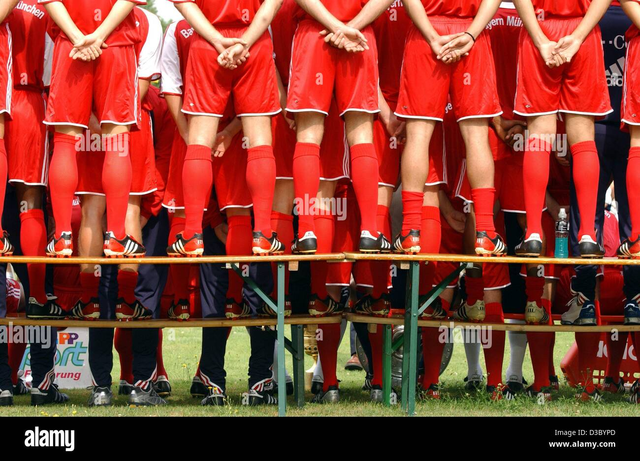 (dpa) - Behind the scenes: The players of the German soccer champion FC Bayern Munich are seen from behind as they - Stock Image