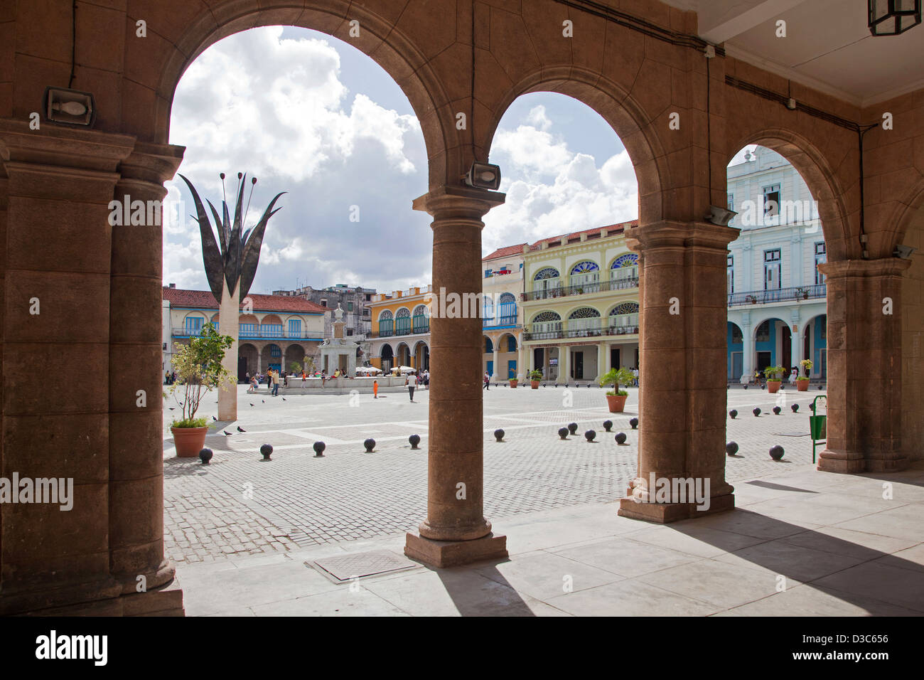 Colonial buildings along the Old Square / Plaza Vieja in Old Havana / La Habana Vieja, Cuba, Caribbean - Stock Image