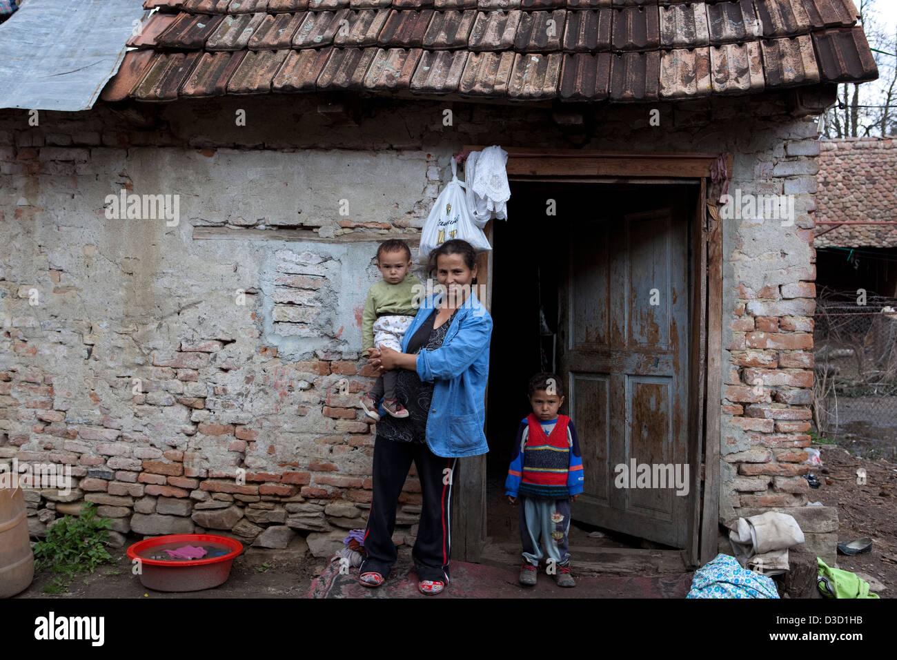 Biertan, Romania, Roma family outside their house - Stock Image