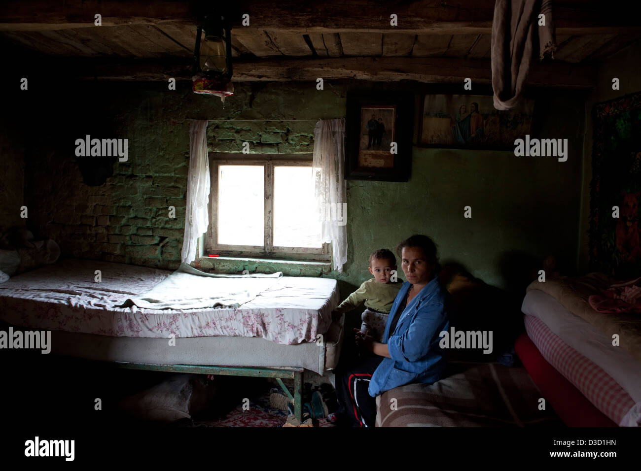 Biertan, Romania, Roma mother with her child in her home - Stock Image