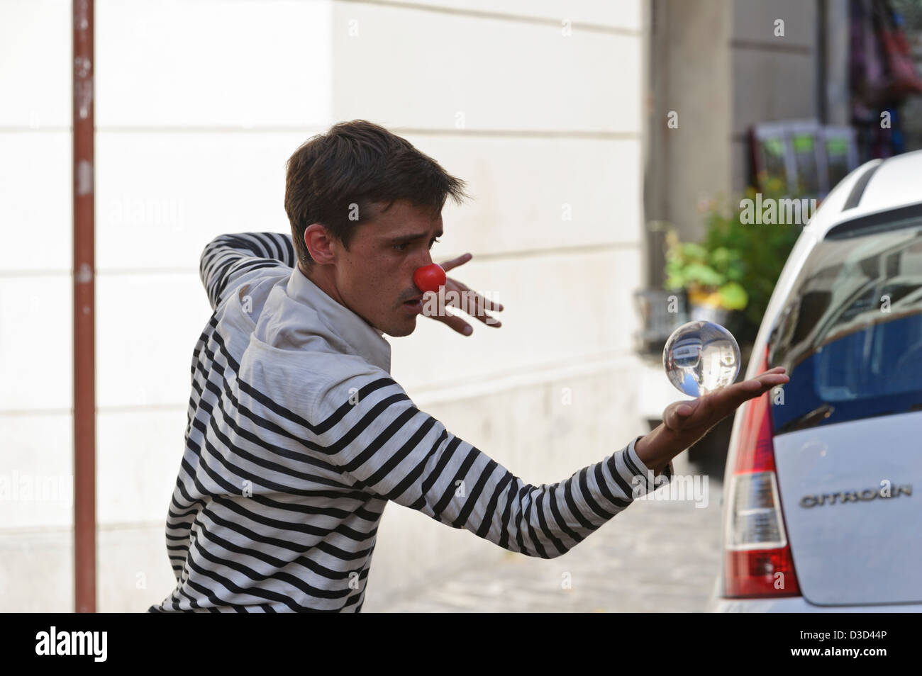 Mime artist performing on Montmartre street, Paris, France. - Stock Image