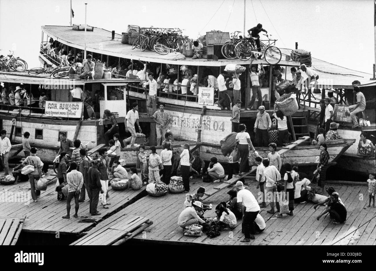 Cambodia: Passengers unload  and disembark from the ferry after crossing the Mekong river at Phnom Penh. - Stock Image