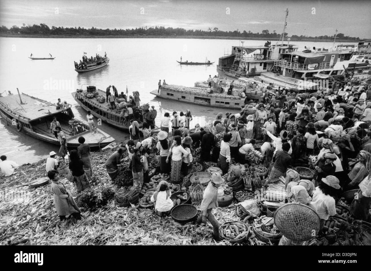 Cambodia: Farmers and traders use the Mekong river to bring their produce to this crowded market in Phnom Penh. - Stock Image