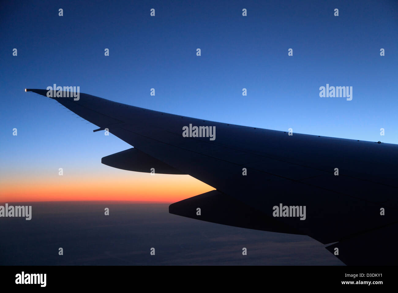Boeing 777-200 jet airplane wing in flight - Stock Image