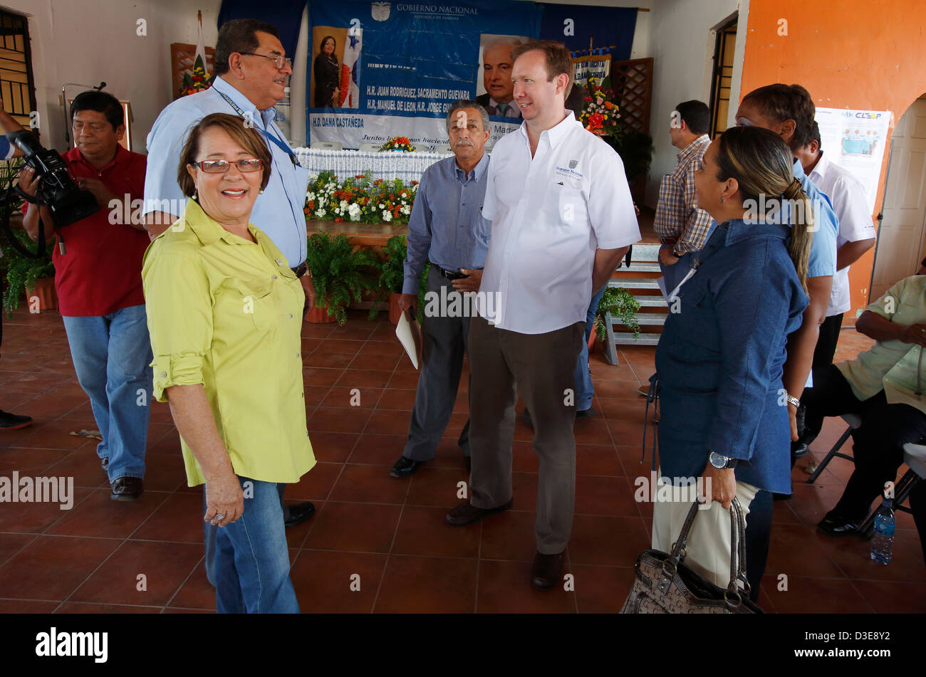 Panamanian Minister of Economy and Finance Frank De Lima, center, talks with officials in the town of La Pintada, - Stock Image