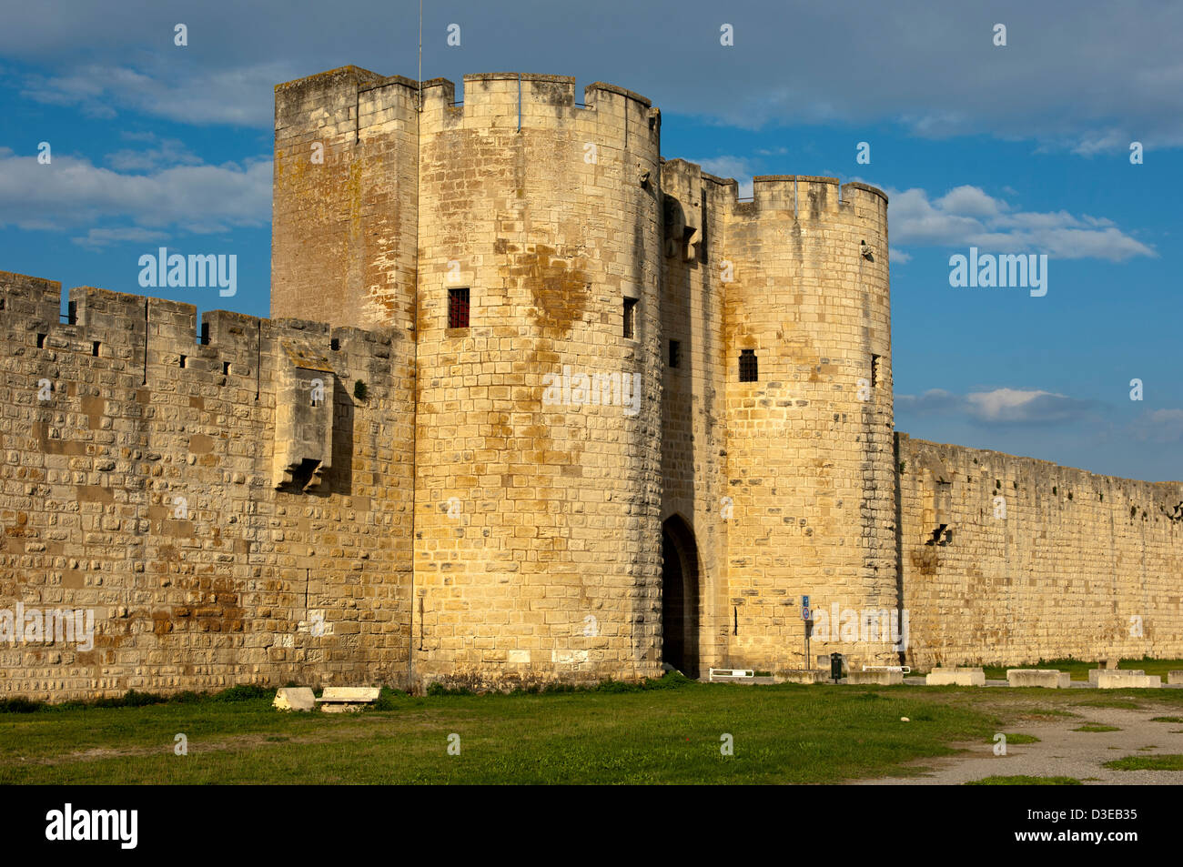 Exterior of the impressive town wall with a town gate, Aigues-Mortes, region Languedoc-Roussillon, France - Stock Image