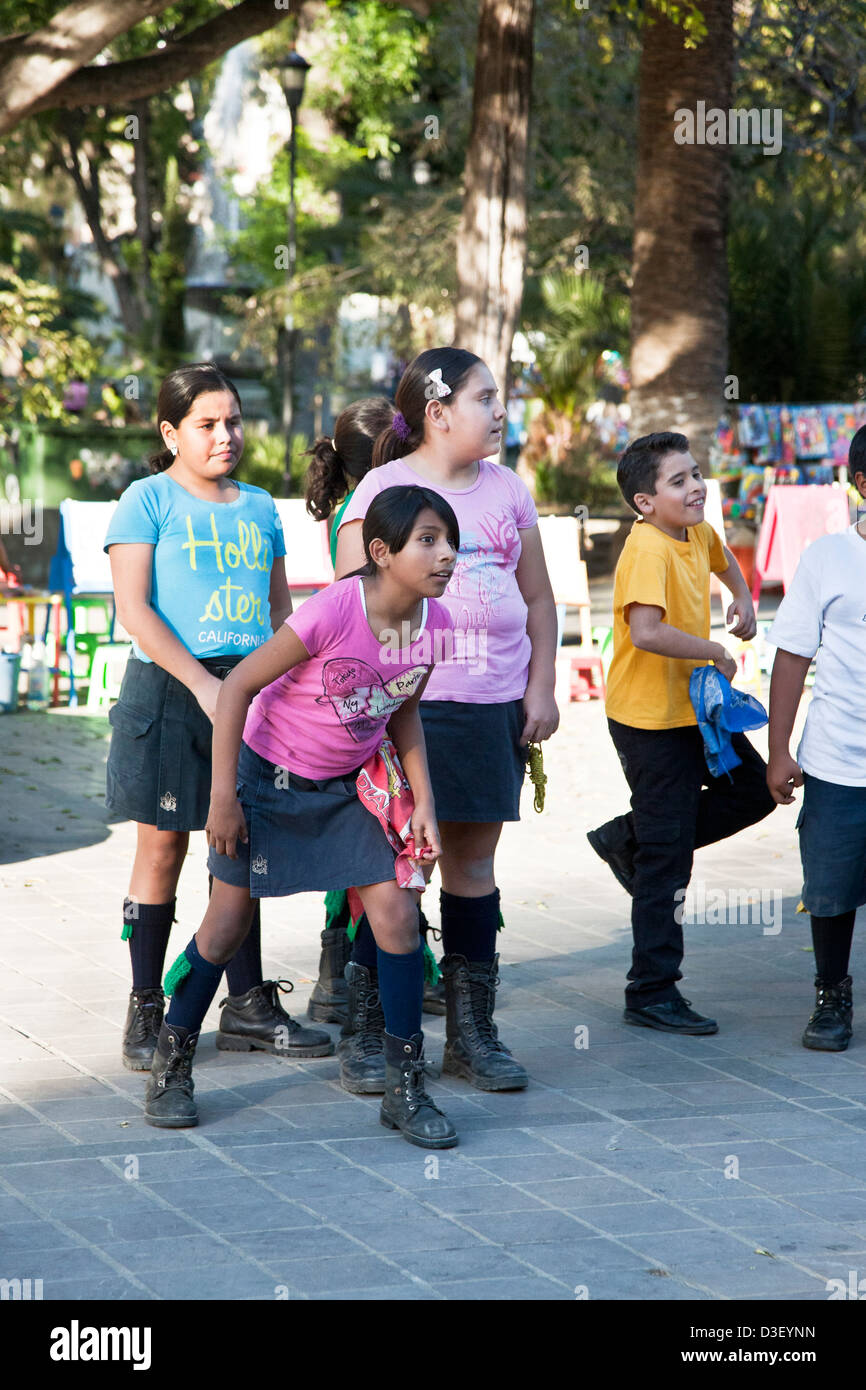 eager pre teen tween girl & boy scout scouts wait for signal to start unisex one legged relay race in Llano - Stock Image
