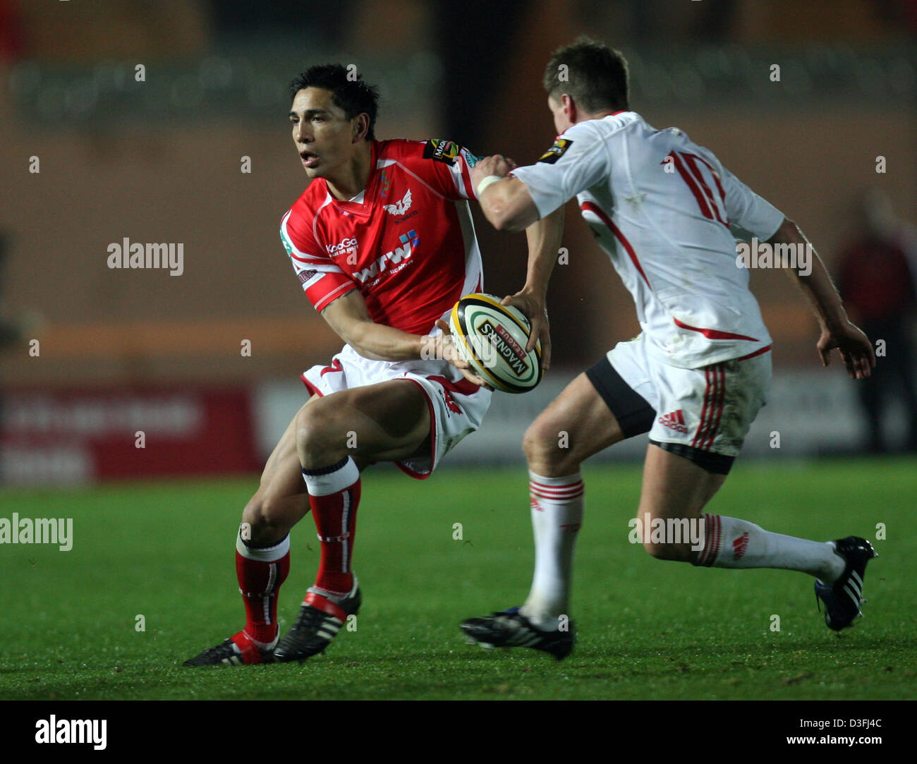28.11.08. Scarlets v Munster. Magners League Scarlets' Regan King tries to go past Munster's Captain Ronan - Stock Image