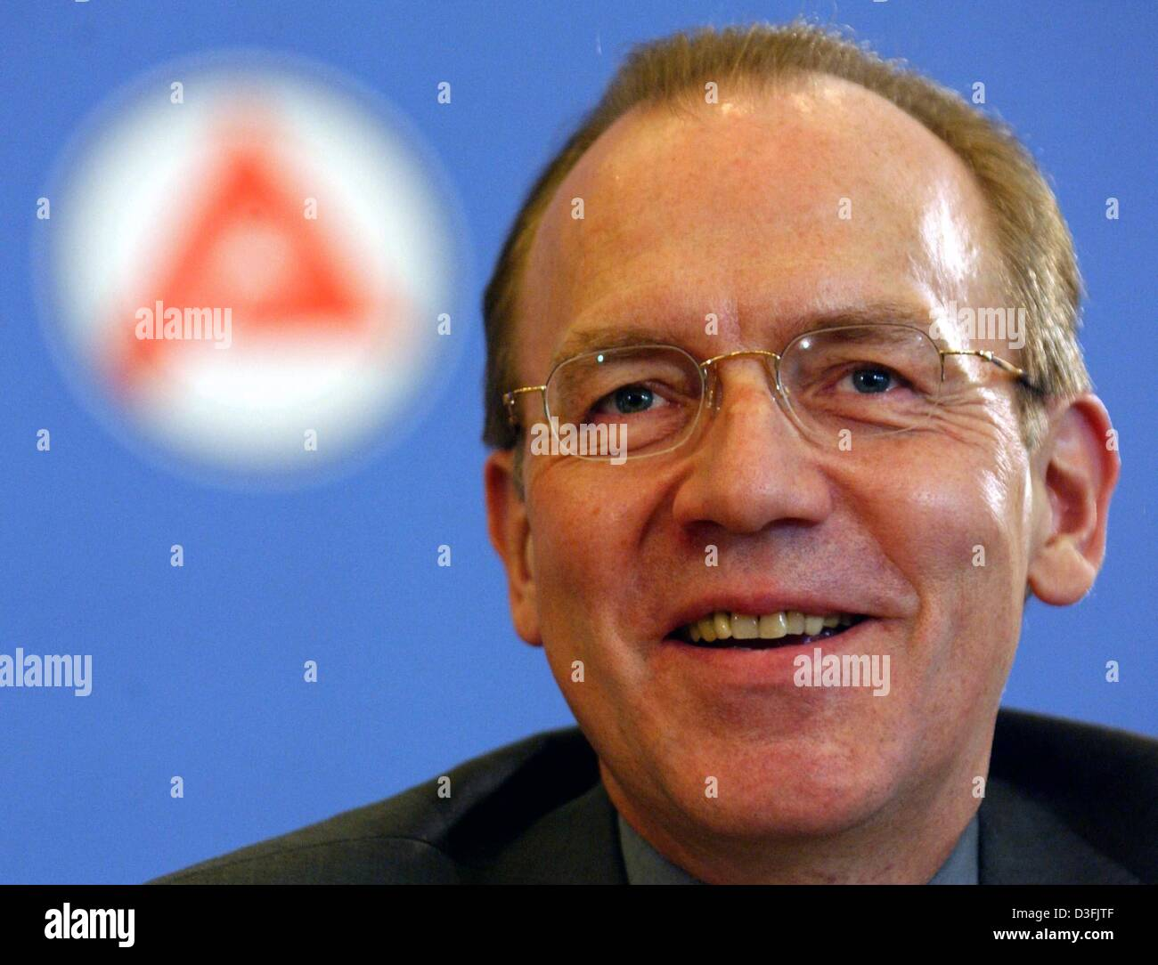 (dpa) - Florian Gerster, Chairman of the Federal Employment Office, smiles in front of the Arbeitsamt (job centre) - Stock Image