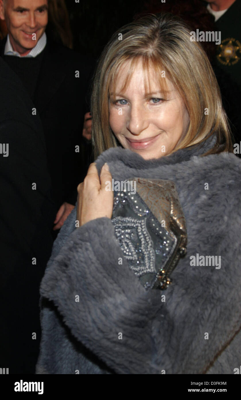 (dpa) - Barbra Streisand arrives for the 'Meet the Fockers' premiere in Los Angeles, USA, 16 December 2004. - Stock Image
