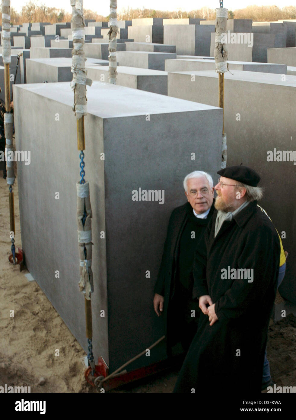 (dpa) - Wolfgang Thierse (R), the President of the German Bundestag, and US architect Peter Eisenman pose next to - Stock Image