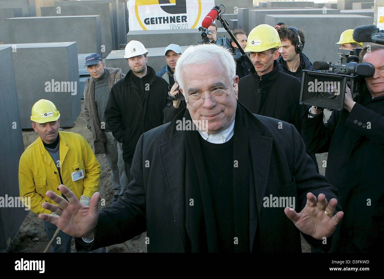 (dpa) - US architect Peter Eisenman poses at the Holocaust Memorial after the last concrete stele was erected in - Stock Image