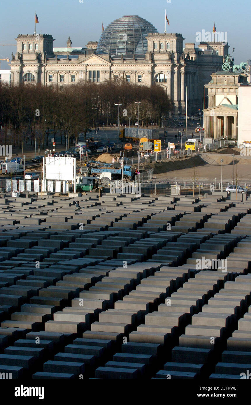 (dpa) - A view over the Holocaust Memorial with the Reichstag Building in the background, in Berlin, on Wednesday, - Stock Image