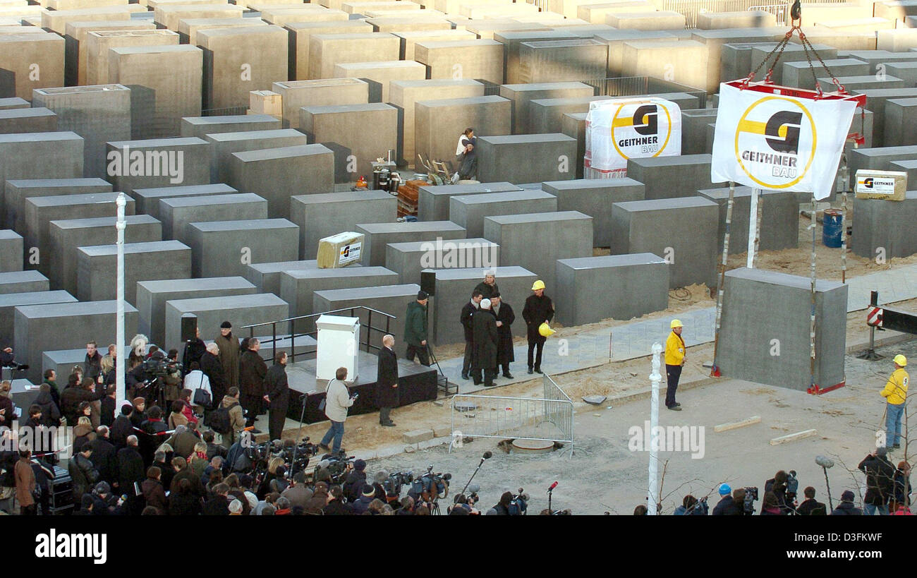 (dpa) - The last stele of the Holocaust Memorial is brought into position in Berlin, on Wednesday, 15 December 2004. - Stock Image