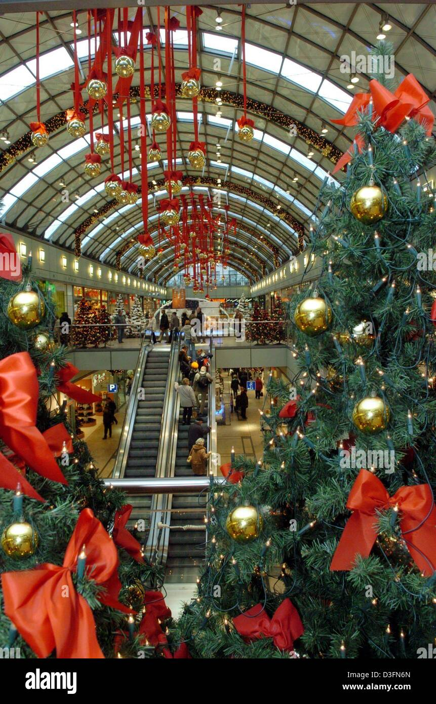 dpa) - A glass roofed shopping mall is decorated with christmas ...