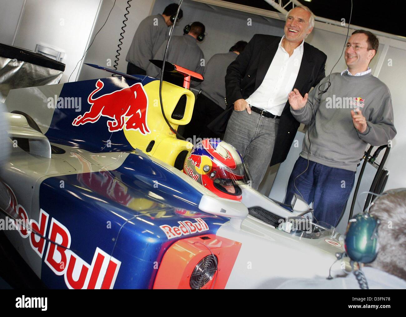 (dpa) - Red Bull owner Dietrich Mateschitz (back L) and Red Bull racing team head Tony Purnell (R) smile as they - Stock Image