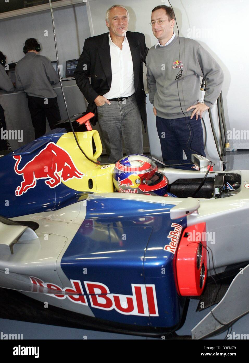 (dpa) - Red Bull owner Dietrich Mateschitz (back L) and Red Bull racing team head Tony Purnell (back R) smile as - Stock Image
