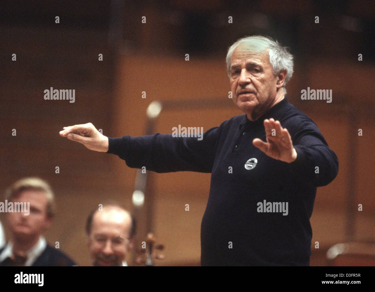 (dpa files) - French composer and conductor Pierre Boulez conducts the Cologne Philharmonic Orchestra during a rehearsal - Stock Image
