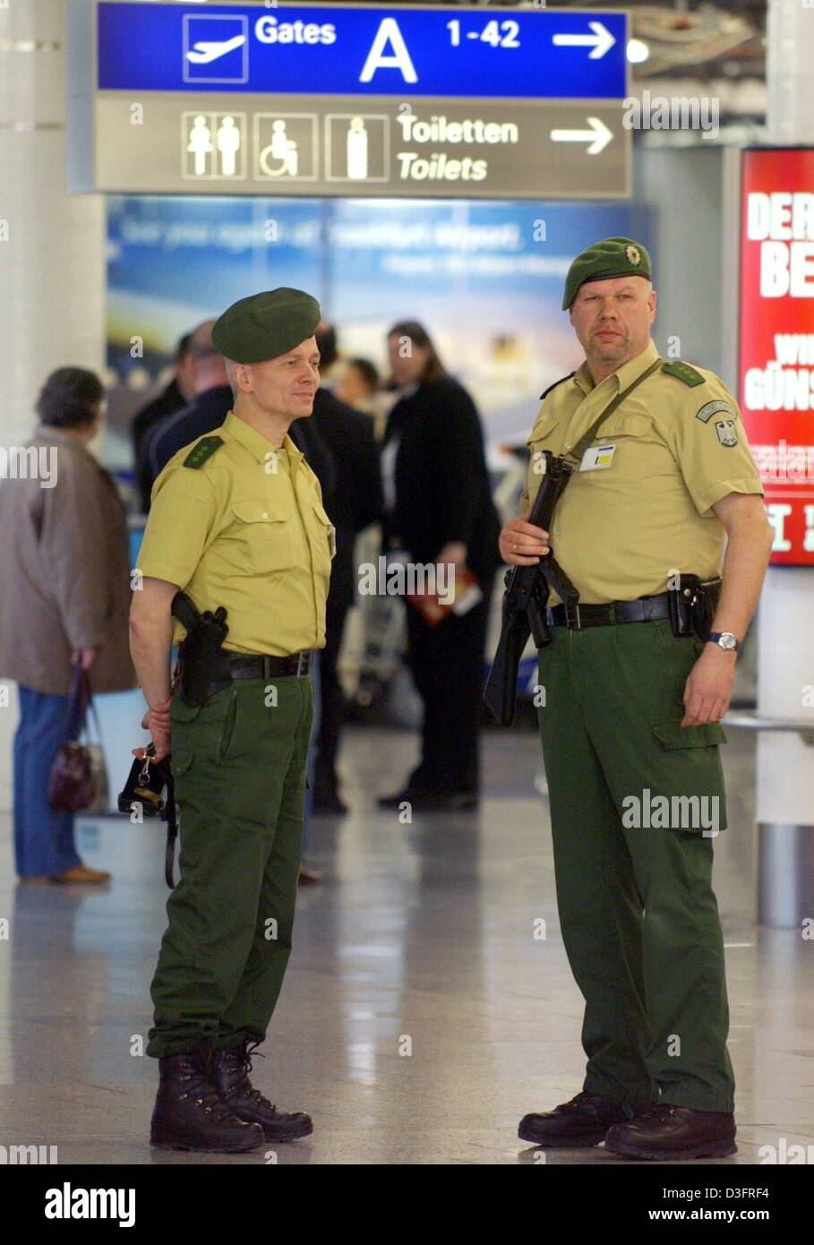 (dpa) - Armed officers of the German federal border guard patrol the passenger terminal of the international airport - Stock Image