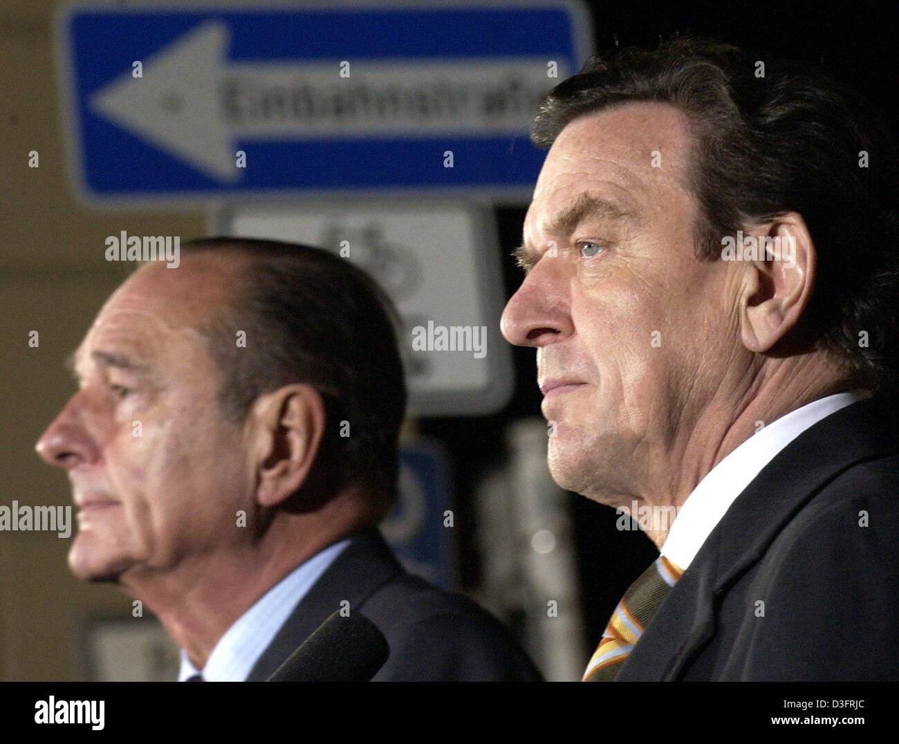 (dpa) - French President Jacques Chirac (L) and German Chancellor Gerhard Schroeder (R) are standing in front of - Stock Image