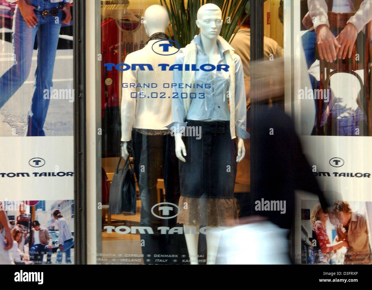 765fce35e70c1a (dpa) - The shop window of the newly opened Tom Tailor store in Duesseldorf